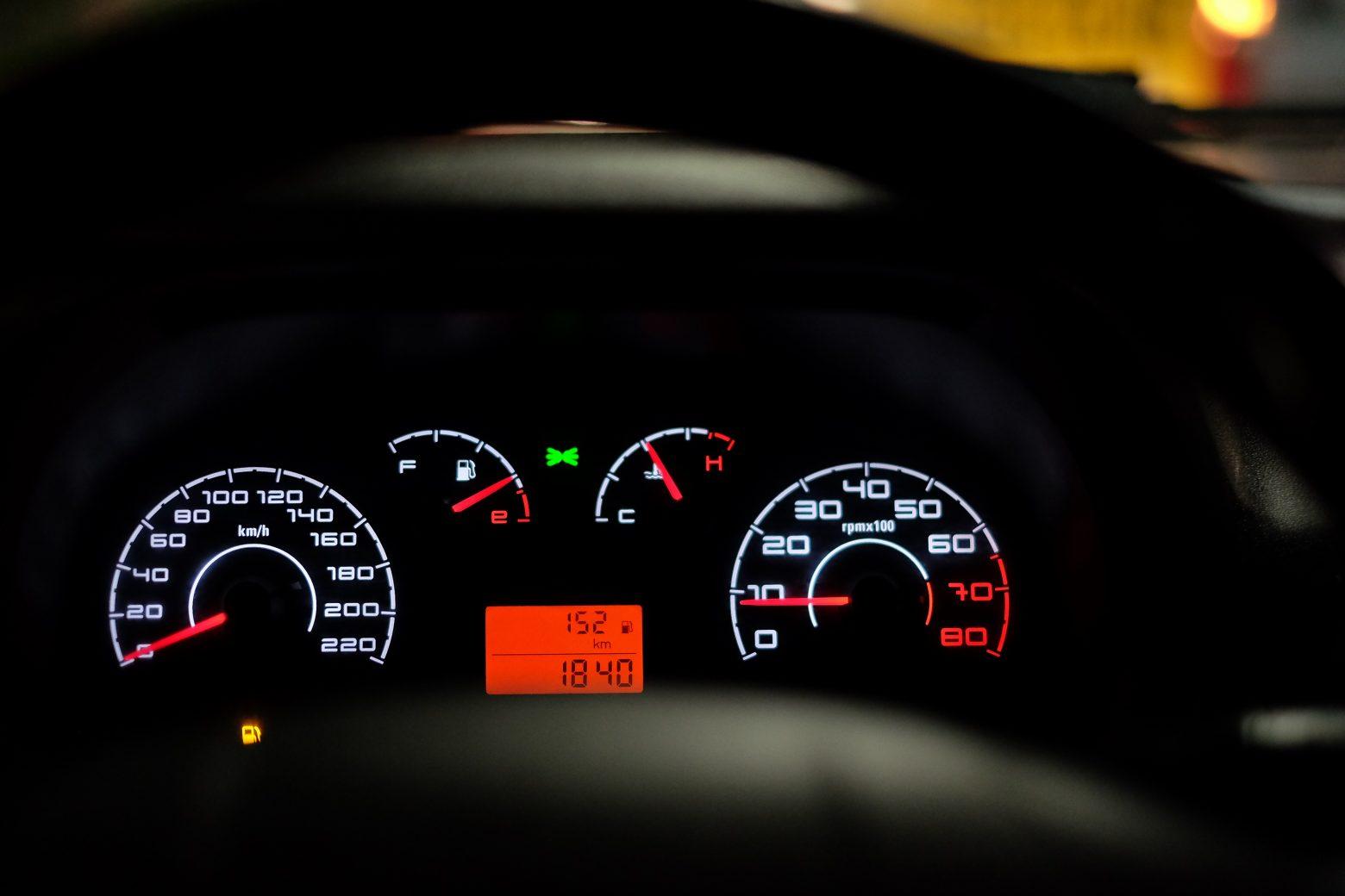 car-dashboard-2667434